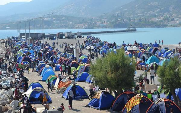 Tendopoli improvvisata nel porto dell'isola di Kos per dare temporaneo riparo ai profughi.