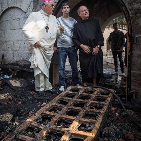 Monsignor Marcuzzo con uno dei monaci benedettini custodi del santuario.