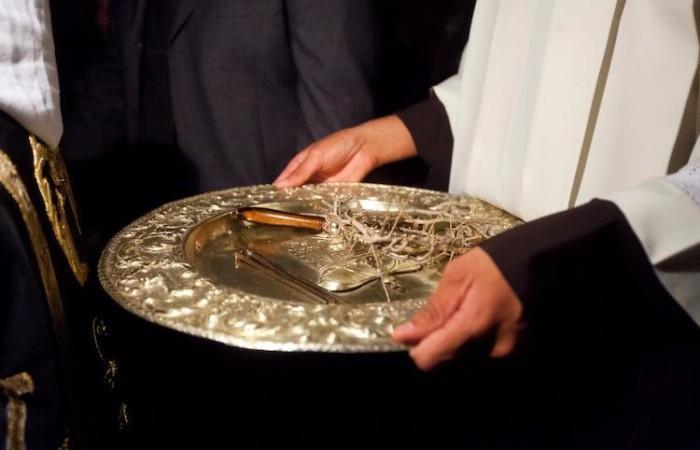 I chiodi e la corona di spine raccolti su un vassoio d'argento (foto Marie-Armelle Beaulieu/CTS)