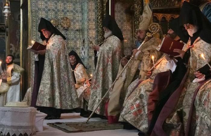 Il patriarca armeno di Gerusalemme, Nourhan Manougian, presiede i riti pasquali nella cattedrale di San Giacomo. (foto Marie-Armelle Beaulieu/CTS)