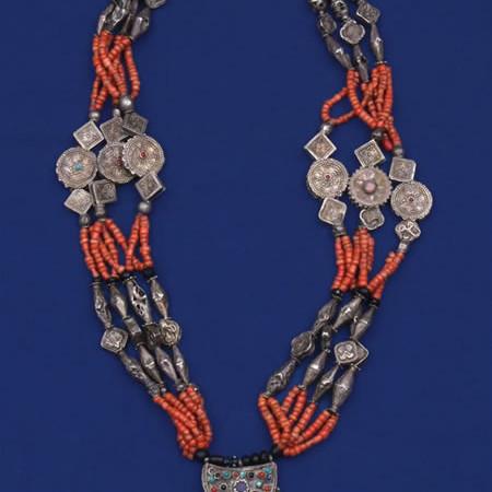 Collana di corallo e metallo puntinato e sbalzato. Afghanistan, prima metà XX secolo. (Foto gentilmente concesse dalle Collezioni tessili civiche - Genova)