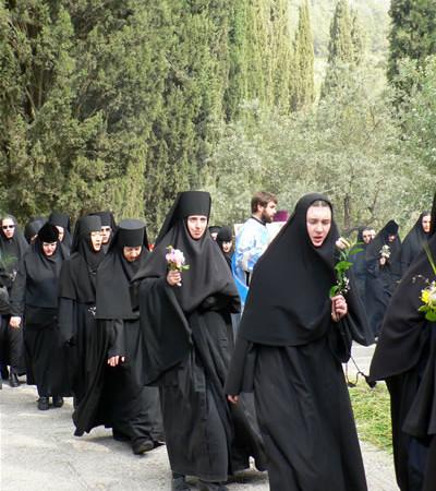 Processione di monache ortodosse nella Città Santa.