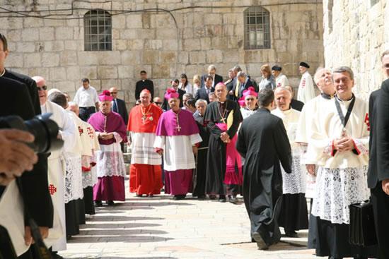 23 giugno. Twal, accompagnato dal card. Foley, si appresta a celebrare la sua prima Messa da patriarca al Santo Sepolcro.