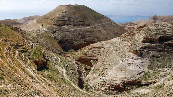 Un'altra vista panoramica del sito di Machaeronte (al centro).