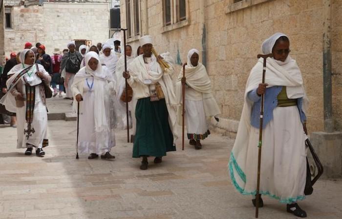 Fedeli etiopi si fanno pellegrini per le vie della città vecchia di Gerusalemme in occasione delle festività di Pasqua. (foto Marie-Armelle Beaulieu/CTS)