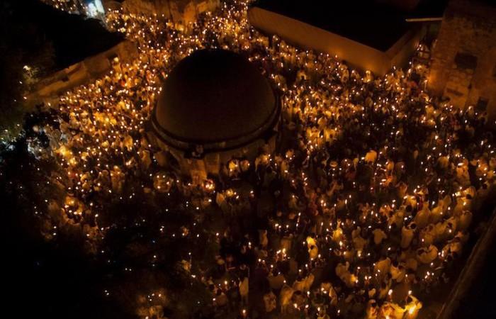 È festa della luce anche per i fedeli etiopi raccolti sul tetto della basilica del Santo Sepolcro  (foto Miriam Mezzera/CTS)