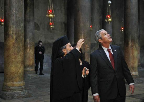 Il patriarca greco-ortodosso Teofilo III illustra la basilica della Natività al presidente Bush.