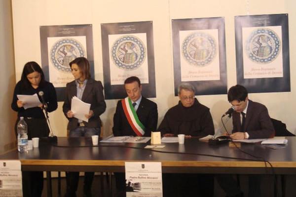 Al tavolo della presidenza, tra gli altri, il sindaco Alvaro Verbena, fra Alviero Niccacci e l'avv. Luigi Niccacci.