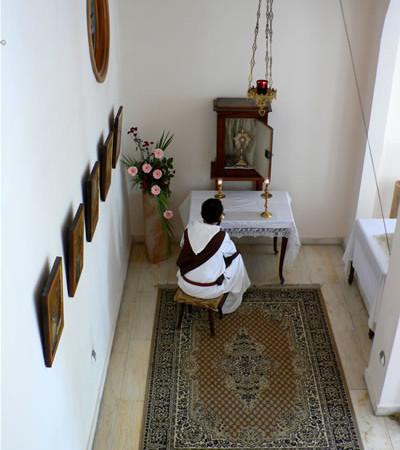 Un trappista del monastero di Latrun in adorazione.