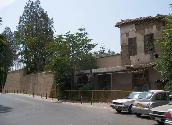 Un edificio fatiscente a ridosso del bastione veneziano sotto il controllo turco.