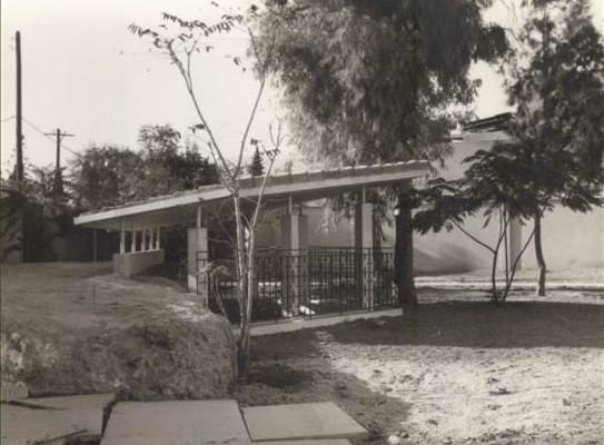 La grotticella, protetta da una tettoia, in uno scatto effettuato dopo il 1971.