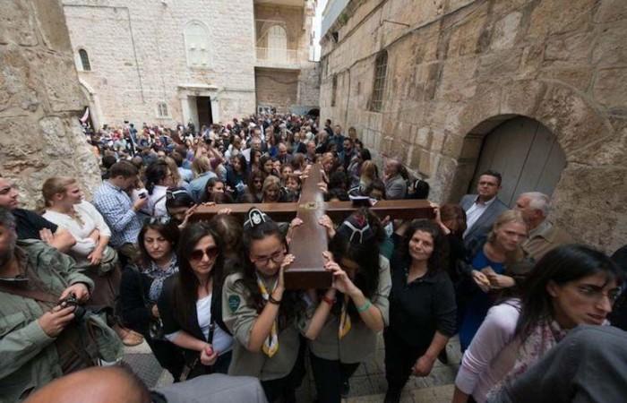 Una corteo funebre per Gesù nelle vie del quartiere cristiano (foto CTS)