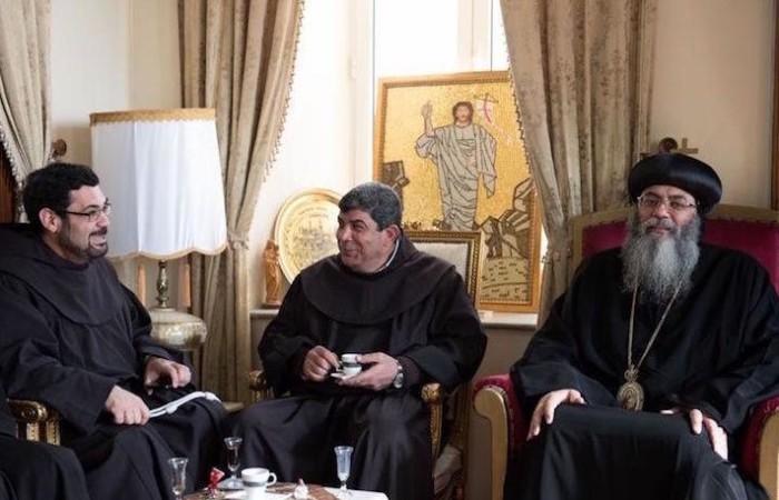 Gerusalemme. Consueto scambio d'auguri tra i responsabili delle Chiese di Terra Santa. Qui i francescani ricevuti dall'arcivescovo copto Antonios. (foto Nadim Asfour/CTS)