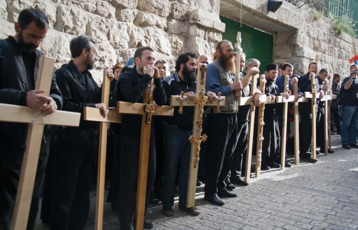 Pellegrini ortodossi commemorano la salita al Calvario nelle vie di Gerusalemme (foto Miriam Mezzera/CTS)