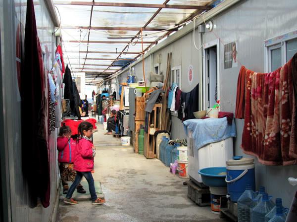 Una delle viuzze ricavate tra i <i>container</i> del campo profughi di Ashti, in Iraq. (galleria fotografica di C. Cruciati) [1/4]