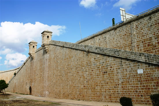 Scorcio delle mura orientali di San Giovanni d'Acri. (foto S. Lee)