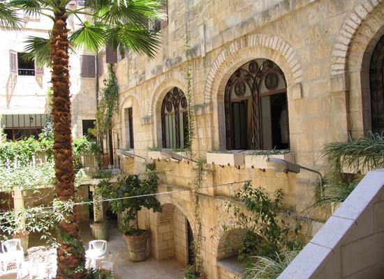 Uno scorcio del cortile interno della<i> Casa Nova</i> di Gerusalemme. (foto J. Kraj)