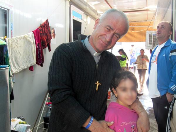 Padre Jalal Yako con una delle piccole ospiti di Ashti.
