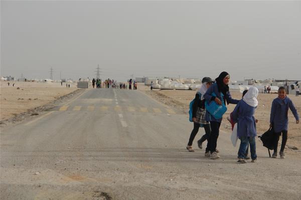 Giovani studentesse dirette a scuola.