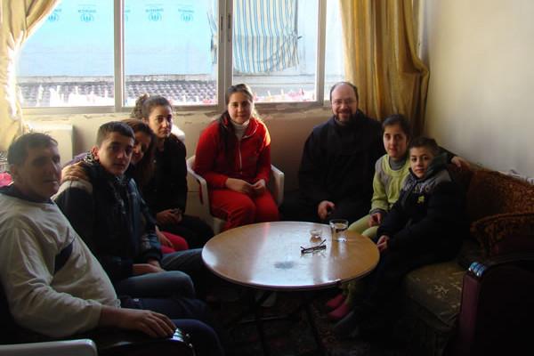 Fra Ibrahim (terzo da destra) in visita a una famiglia di Aleppo, nelle prime settimane del 2015. [clicca sulla foto per visualizzare la galleria fotografica]