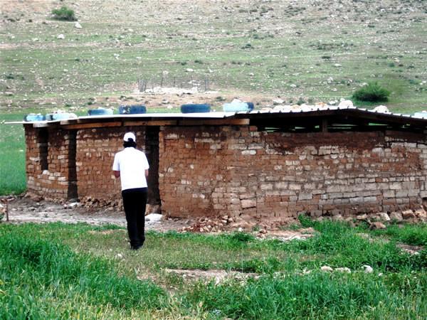 Il piccolo edificio della scuola di Samra.