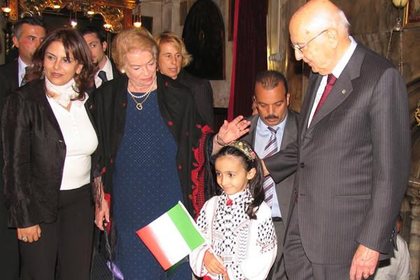 Il ministro del turismo dell'Anp, la signora Khouloud Daibes (a sin.), nella basilica della Natività con il presidente Giorgio Napolitano e la moglie Clio nel 2008.