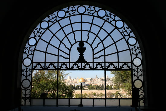 Veduta di Gerusalemme dalla vetrata del santuario.
