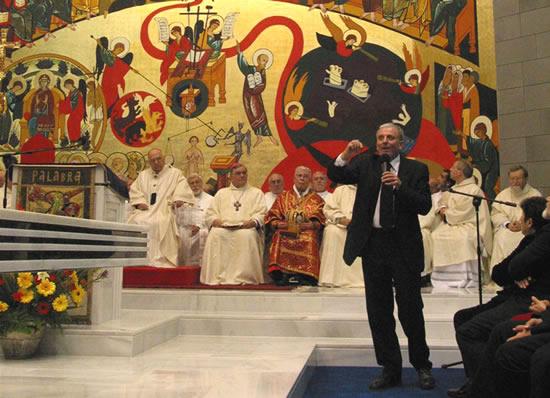 <i> Domus Galilaeae</i>. Durante la Messa per la dedicazione della chiesa, Kiko Argüello, uno degli iniziatori del Cammino neocatecumenale, spiega l'affresco che lui stesso ha dipinto.