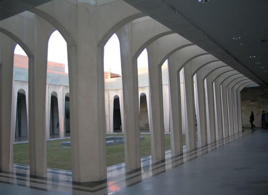 Un moderno chiostro del grande centro voluto dai neocatecumenali sulle pendici del Monte delle Beatitudini. (foto A. Sobkowski)