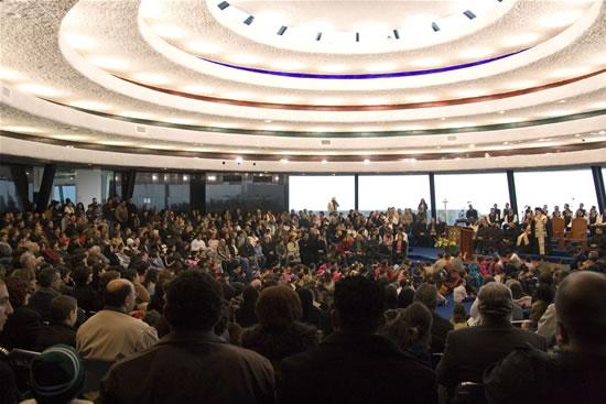 Il momento di incontro con i cristiani arabi della Galilea nell'auditorium della<i> Domus Galilaeae. </i>(foto S. Fornari)