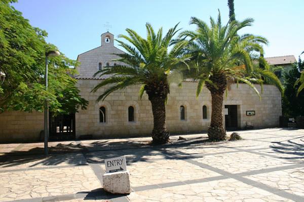 L'esterno del santuario della Moltiplicazione dei pani e dei pesci a Tabgha, in Galilea. (foto S. Lee) [clicca sulla foto per aprire la galleria]