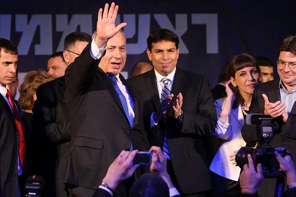 Benjamin Netanyahu la notte scorsa tra i suoi sostenitori. (foto Miriam Alster/Flash90) [1/3]