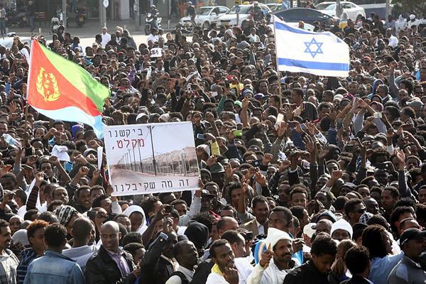 Manifestazione di trentamila richiedenti asilo africani a Tel Aviv