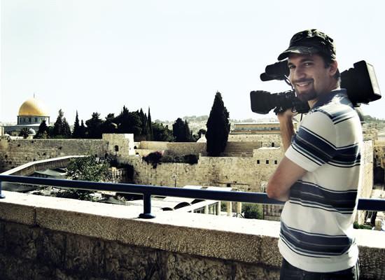 Un cameraman del<i> Franciscan Multimedia Center</i> davanti al Muro del Pianto e alla Spianata delle Moschee.