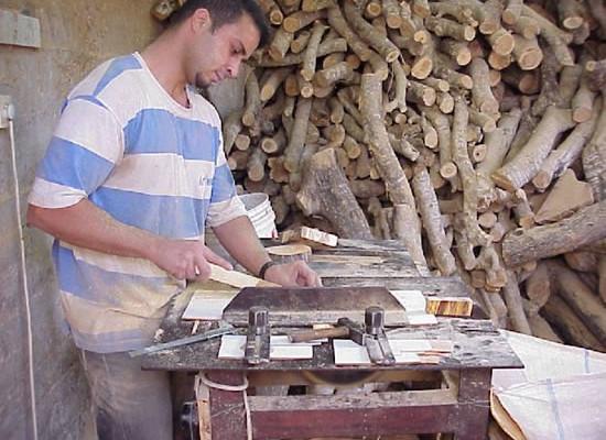 Artigiano di Betlemme al lavoro.