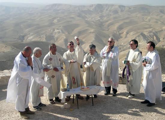 Pellegrinaggio Fisc. Messa all'aperto. Sullo sfondo il deserto di Giuda.