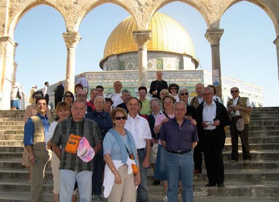 Pellegrinaggio Fisc. Foto di gruppo davanti alla Cupola della Roccia a Gerusalemme.