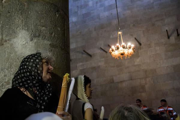 Fedeli ortodosse in preghiera nella basilica del Santo Sepolcro per il rito del Fuoco Santo. (fotogallery di M. Mezzera)