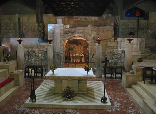 Dietro l'altare la grotta dell'Annunciazione, nella basilica di Nazareth.