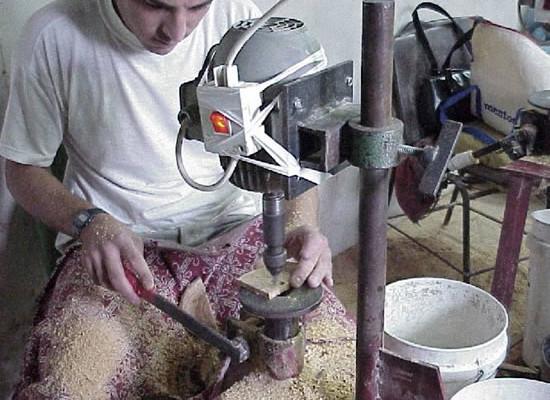Giovane betlemmita prepara il legno d'ulivo per l'ulteriore lavorazione.