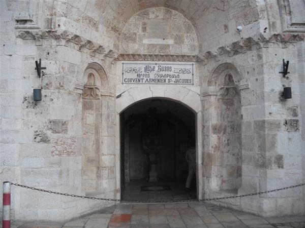 L'ingresso del Convento armeno, non lontano dalla Porta di Jaffa, a Gerusalemme. [galleria foto 1/5]