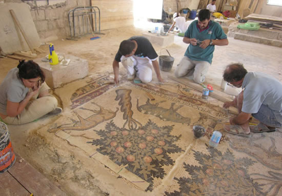 Una fase dei lavori di restauro. (foto <i>Franciscan Archaeological Institute</i>)