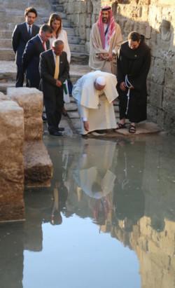 In riva al Giordano Papa Francesco chiede pace, solidarietà e conversione