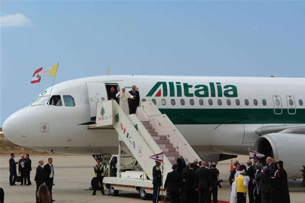 Benedetto XVI rivolge il suo primo saluto al Libano appena sbarcato dal volo che l'ha condotto a Beirut quest'oggi. (fotogallery di C. Giorgi)