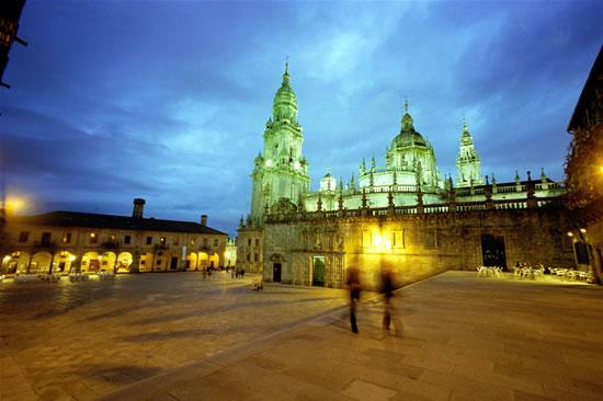 La cattedrale di Santiago de Compostela (Spagna) vista da piazza della Quintana.