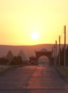 La principale via d'accesso alla cittadina siriana di Qaryatayn. [1/2]