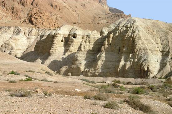 Un altro scorcio del complesso di grotte a Qumran. (foto S. Lee)