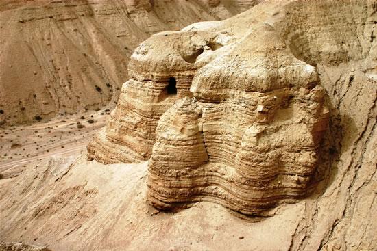Contrafforte roccioso a Qumran. Sulle pareti sono visibili gli accessi ad alcune delle grotte. (foto S. Lee)