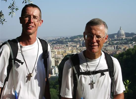 Roma. I due pellegrini belgi Jean-Philippe e Dominique ritratti a Monte Mario. Sullo sfondo il Cupolone di San Pietro.
