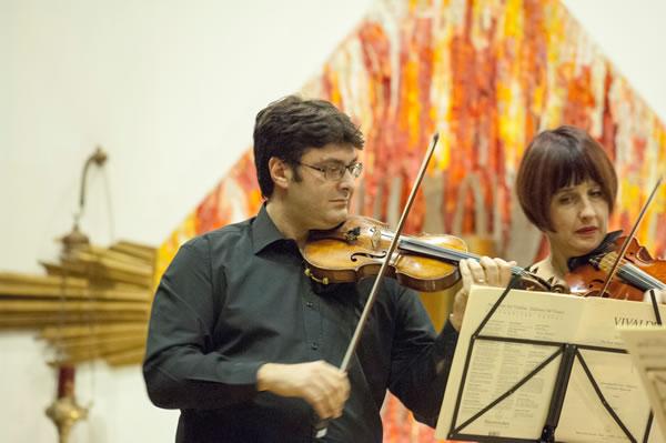 Il violinista Ruggiero Sfregola, in primo piano, durante uno dei concerti nella parrocchia di San Giovanni Battista de la Salle, a Roma Eur. [1/3]